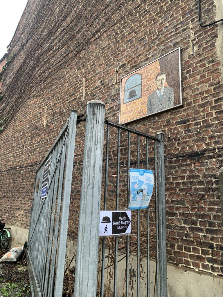 マグリットの家近くの壁画3